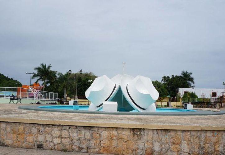 En honor a la industria artesanal del pueblo, Azael Uc Canul diseñó la Fuente de los Sombreros. (yoymimochila.com)