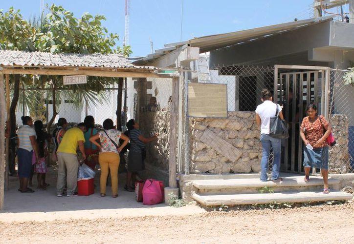 Internos del Centro de Retención Municipal de Playa del Carmen recibieron ayer a sus familiares, luego del motín generado el miércoles. (Juan Cano/SIPSE)