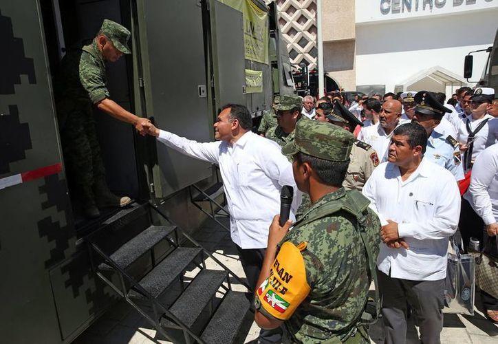 El gobernador Rolando Zapata saluda a un militar durante la Jornada de Protección Civil en el Convenciones Yucatán Siglo XXI. (Milenio Novedades)