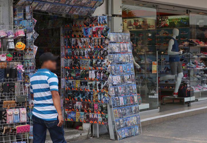La piratería acapara los negocios del centro y desplaza al comercio formal. (Milenio Novedades)