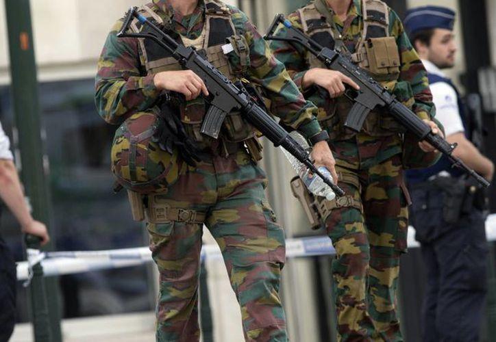 Soldados y policías belgas montando guardia en una corte de Bruselas durante el juicio a un sospechoso de terrorismo. (AP)