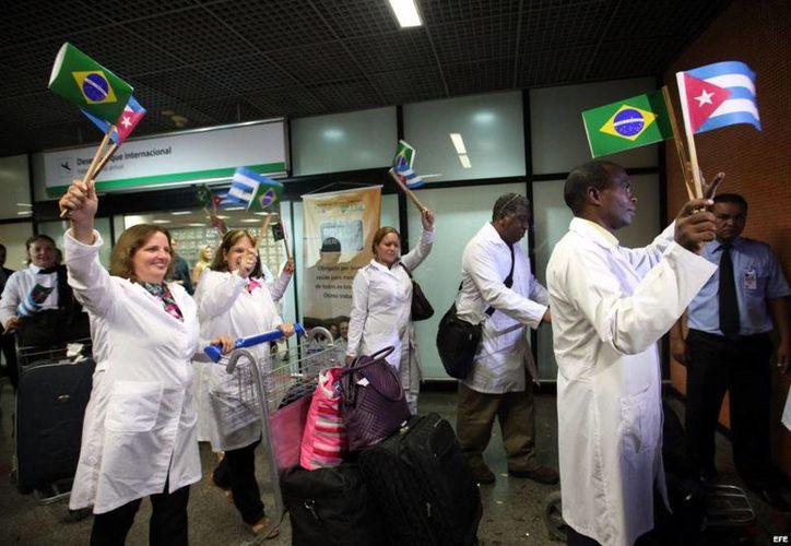 Médicos cubanos, a su llegada al aeropuerto de Brasilia en un programa de solidaridad con Brasil (EFE/Archivo)