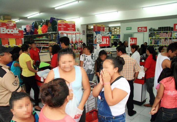 Las papelerías del centro de Mérida estuvieron repletas de compradores. El regreso a clases será a partir del día 31 de agosto. (Milenio Novedades)