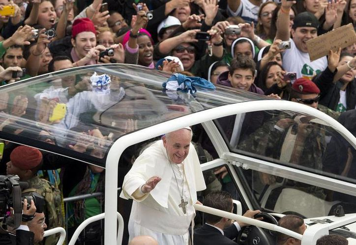 El Papa Francisco muestra inclinación por estar entre la gente. En la imagen, durante la Jornada Mundial de la Juventud, en Brasil. (Agencias/Archivo)