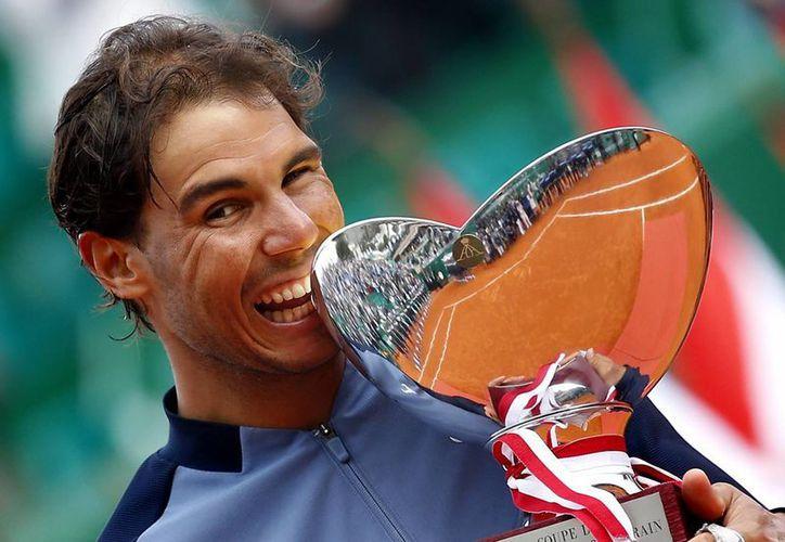 El español Rafael Nadal se adjudicó el título del Masters de Montecarlo por novena vez al derrotar este domingo al francés Gael Monfils. (EFE)
