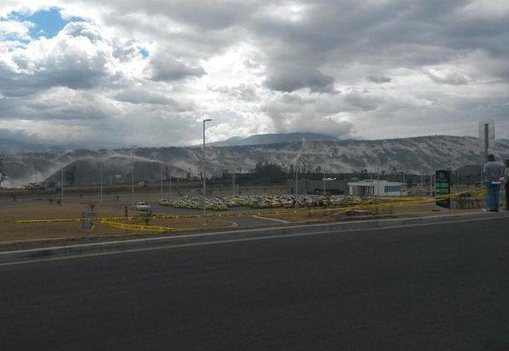 El usuario de Twitter Mauricio Zúñiga compartió esta imagen donde se aprecia un desgajamiento en montañas de Quito. (Foto: @Mauricio10zu/Twitter)