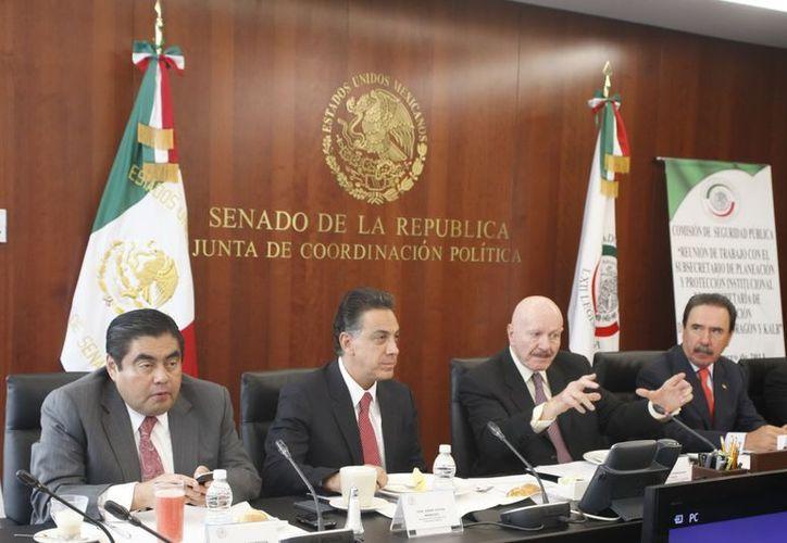 Los legisladores Miguel Barbosa, Ernesto Cordero y Emilio Gamboa, encabezaron la reunión de integrantes de la Comisión de Seguridad Nacional con el subsecretario de se Planeación y Protección Institucional de la Segob, Manuel Mondragón. (Notimex)
