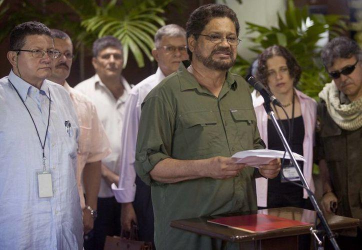 Iván Márquez, de las FARC habla con periodistas en La Habana, Cuba. (AP)