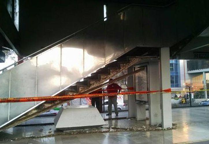 Este sábado, una de las escaleras fijas de la estación Nativitas se derrumbó parcialmente. (Jorge Becerril/Milenio)
