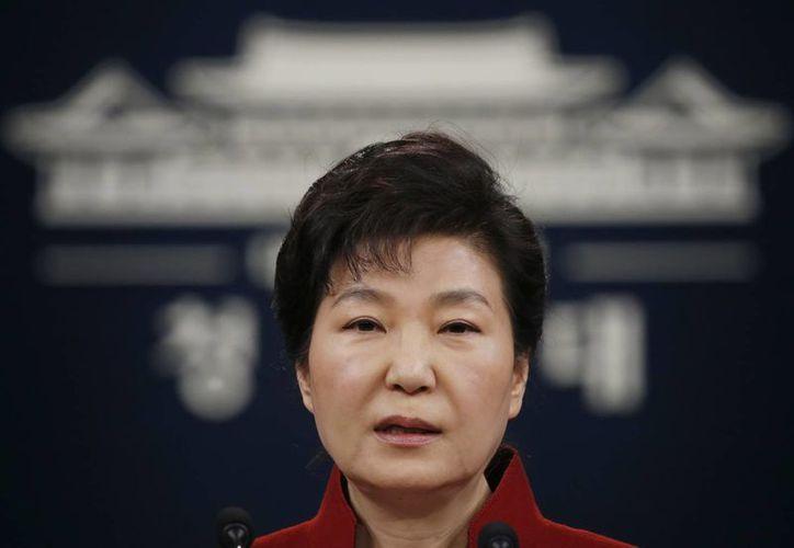 La presidenta surcoreana Park Geun-hye en un discurso a la nación desde la casa presidencial en Seúl, Corea del Sur. (Agencias)