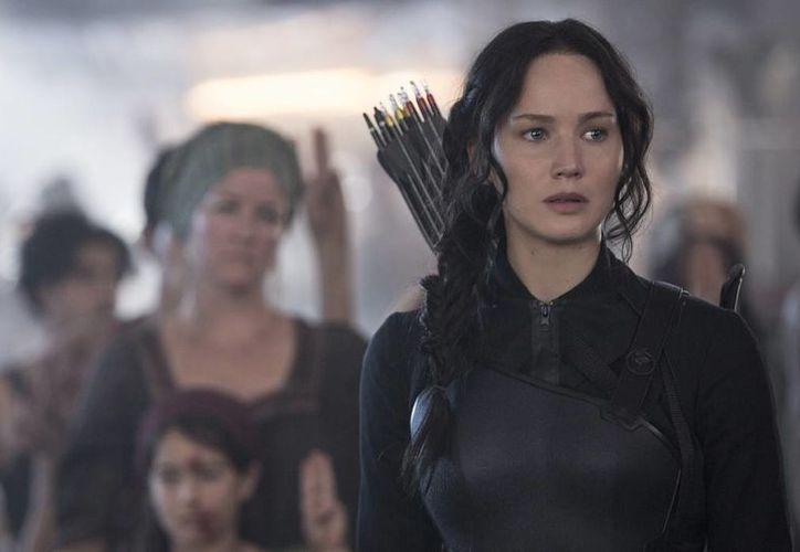"""En esta imagen difundida por Lionsgate, Jennifer Lawrence protagoniza a Katniss Everdeen en una escena de """"The Hunger Games: Mockingjay Part 1"""", que batió el récord de recaudación del año para el debut de una película con 123 millones de dólares en su primer fin de semana de exhibición. (Agencias)"""