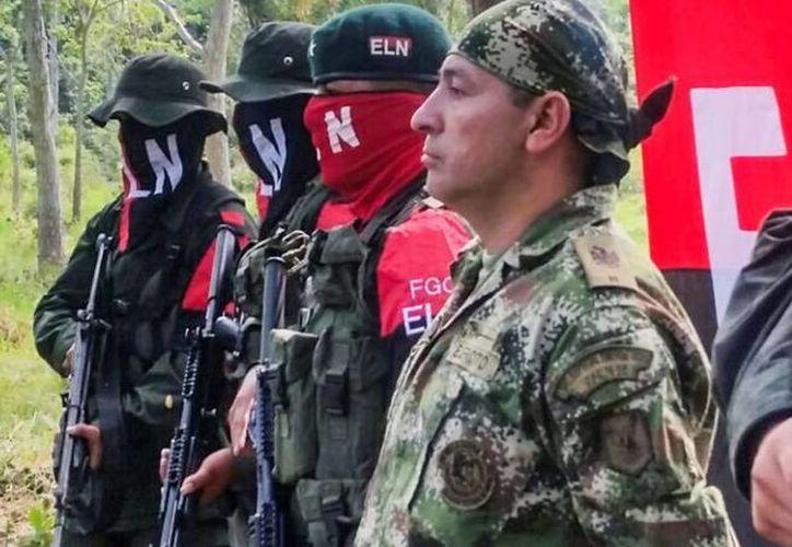 En primer plano, Fredy Moreno el último secuestrado por el ELN y liberado antes de que comenzaran las negociaciones. (Daniel Martínez/AFP)