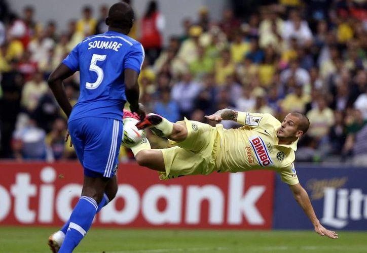 América buscó por todos los medios el gol y pudo haber incluso goleado, pero al final rescató un empate 1-1 ante el Impact de Montreal en la ida de la final de Concachampions. En la foto, Darío Benedetto en una espectacular ejecución. (Notimex)