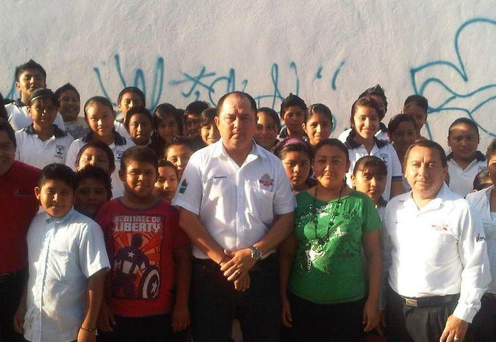 El alcalde en el evento de entrega de obras que benefician a los estudiantes. (Cortesía/SIPSE)