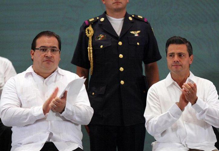 El Presidente acompañado del gobernador de Veracruz, Javier Duarte de Ochoa. (Notimex)