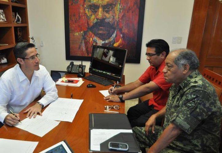 El alcalde se reunió con el comandante de la Guarnición Militar, general René Carranza García. (Cortesía/SIPSE)