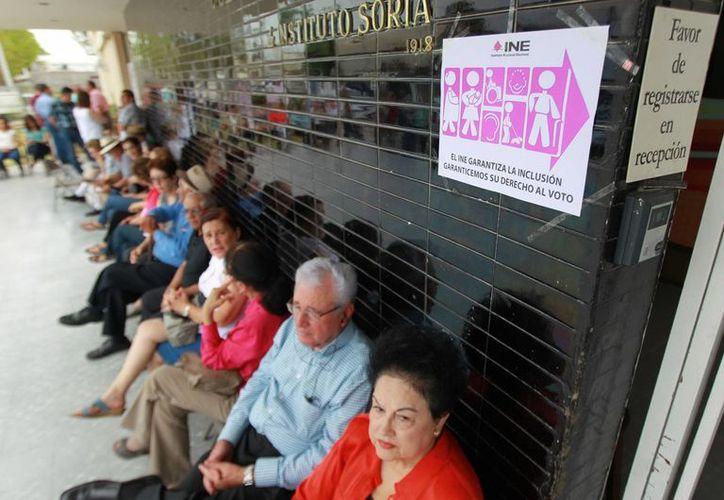 En Ciudad Obregón, Sonora, se reportó el extravío de 530 boletas electorales. En la foto, gente hace fila para emitir su sufragio en Hermosillo, Sonora. (Notimex)