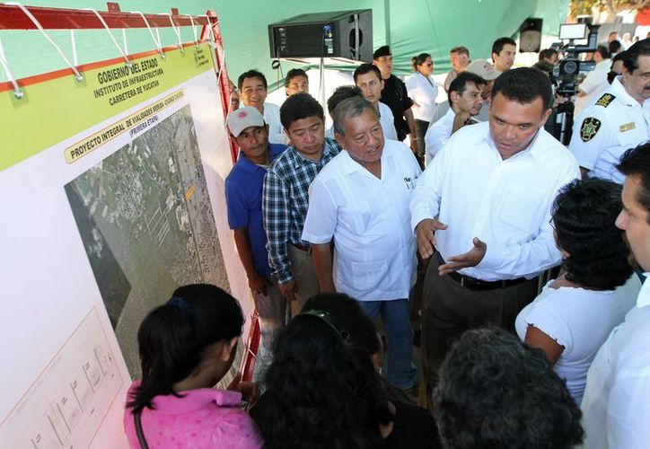 Ayer el gobernador Rolando Zapata respondió a las peticiones de ordenamiento vial en la salida a Ciudad Caucel. (Cortesía)