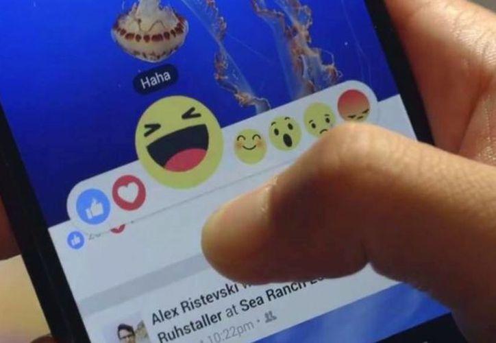 """Facebook busca que utilices sus nuevos íconos de """"lo amo"""", """"wow"""", """"jaja"""", """"triste"""" y """"enojo"""". (Contexto/Internet)"""