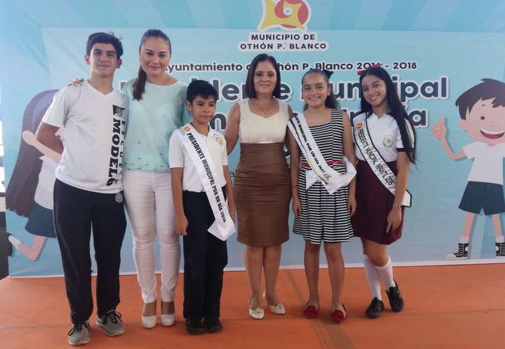 """Fueron 11 niñas y siete niños los que participaron en la final del concurso """"Presidente Municipal por un Día"""". (Joel Zamora/SIPSE)"""