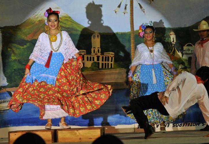 """Ballet folklórico """"Lum-Há"""" durante su presentación. (Redacción/SIPSE)"""