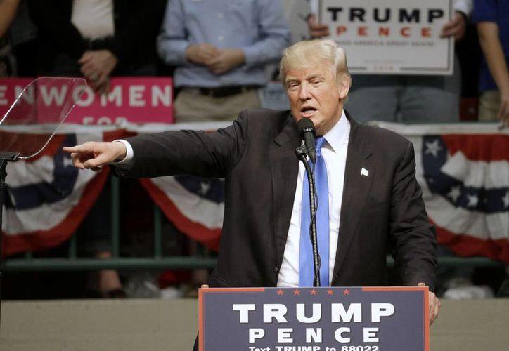 Donald Trump supera por primera vez en las encuestas a su rival del Partido Demócrata, Hillary Clinton. (AP Photo/Chuck Burton)