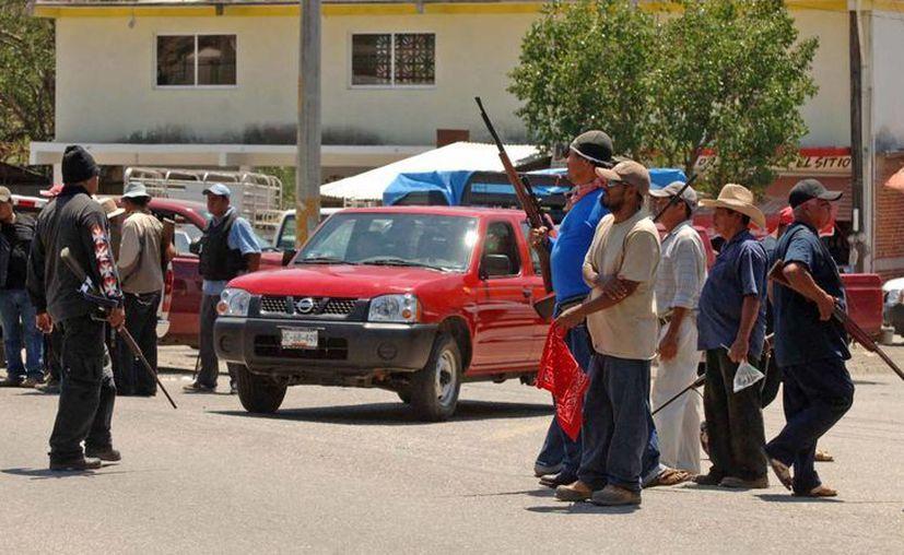 Integrantes del Movimiento de Autodefensa Ciudadana irrumpieron en la cabecera municipal de Juan R. Escudero (Tierra Colorada) y detuvieron al director de Seguridad Pública de esta entidad, Oscar Ulises Valles. (Notimex)
