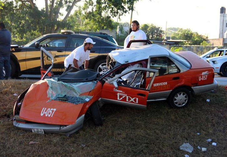 Por la fuerza del impacto el vehículo quedó partido en dos. Afortunadamente el taxista vivió para contarlo. (Milenio Novedades)