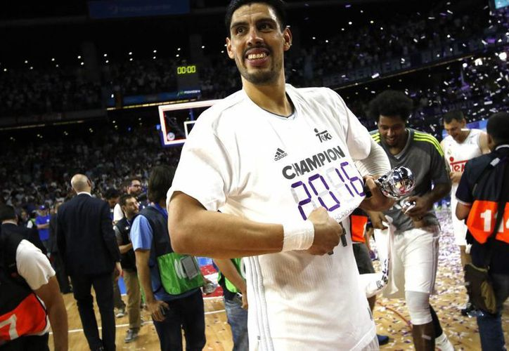 Con notable labor del ala-pívot mexicano Gustavo Ayón, este miércoles el Real Madrid de baloncesto se coronó campeón dela liga española. (Notimex)