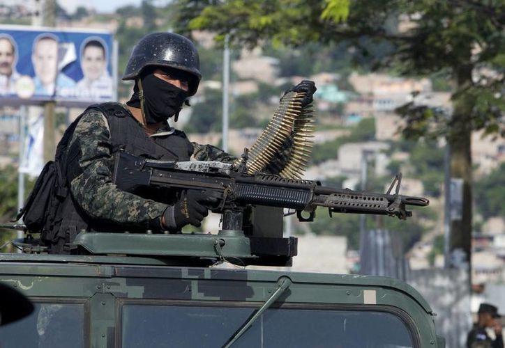 Un miembro de la Policía Militar vigila una calle de la colonia La Pradera de Tegucigalpa, Honduras. (EFE)