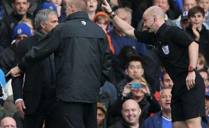Mourinho admitió que se excedió en sus quejas al árbitro durante un partido de Chelsea con Cardiff. (Agencias)