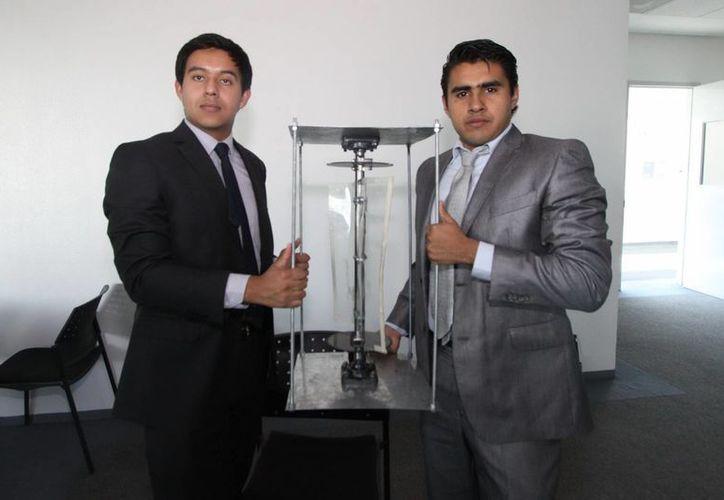 """En diciembre pasado los estudiantes Fausto Reyes González y Guillermo Escalona González, presentaron la patente del """"Alimentar eólico"""". (Archivo/Notimex)"""
