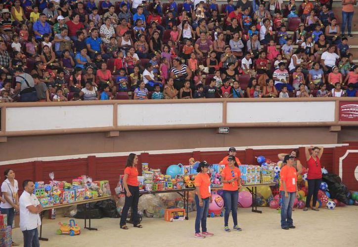 Los niños participaron en concursos para llevarse un regalo. (Tomás Álvarez/SIPSE)
