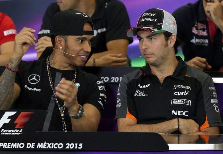 El comité organizador del Gran Premio de México decidió 'reacomodar' lugares, apenas unas horas antes de la carrera, y canceló la grada 13. En la imagen, utilizada exclusivamente con fines ilustrativos, aparecen el virtual campeón de F1 2015, Lewis Hamilton (izq.) y Sergio 'Checo' Pérez. (NTX)