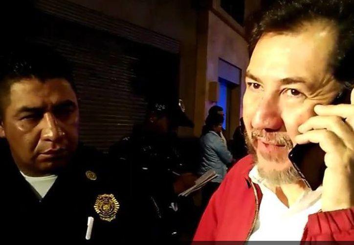 El exdiputado Gerardo Fernández Noroña fue asaltado en las calles de Palma y Donceles, en la Ciudad de México. (Captura de pantalla/@Carlos_Torres1)