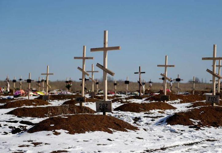 La firma de un acuerdo de paz en Ucrania puede poner fin a la matanza de civiles. En la imagen, el cementerio de Mospino, donde yacen numerosos restos de personas no identificadas. (AP)