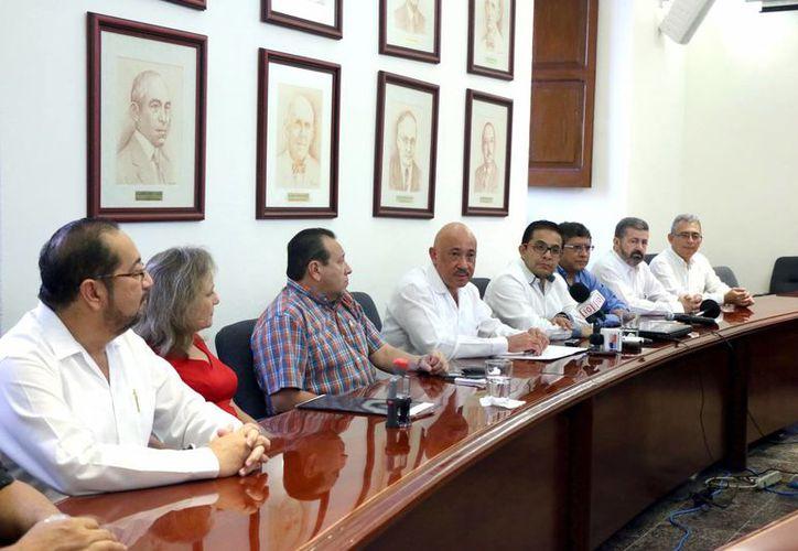 Ayer se firmó el acta constitutiva del Patronato de la Universidad Autónoma de Yucatán (Uady), denominado Cultura para todos, A.C. Imagen de los firmantes de la nueva asociación. (Milenio Novedades)