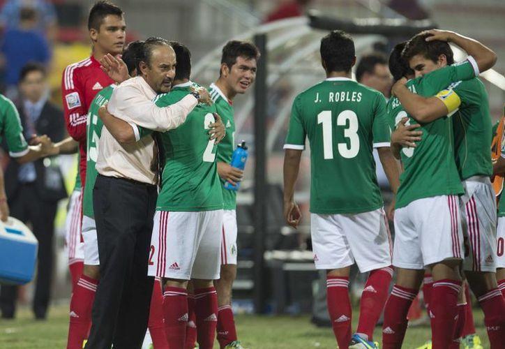 Raúl Gutiérrez, entrenador de la selección mexicana Sub 21  acompañado de jugadores. (Foto de contexto tomada de diariodemexico.com.mx)