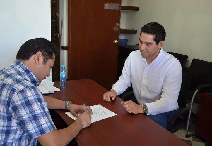 Jesús Pérez Ballote (d) renunció este lunes al Ayuntamiento de Mérida. Era el subdirector de Gobernación. (SIPSE)