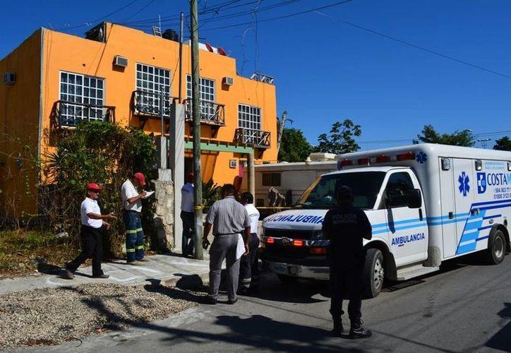 Los socorristas intentaron salvar a Salvador N, de 52 años, quien murió electrocutado. (Redacción/SIPSE)