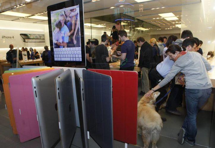 Cilenten buscan el iPhone 6s, el pasado viernes 25 de septiembre de 2015, en la tienda Apple en The Grove en Los Angeles. Apple anunció el lunes 28 de septiembre de 2015 que vendió 13 millones de unidades de los celulares iPhone 6s y 6s Plus en tres días desde su lanzamiento. (Foto AP/Ringo H.W. Chiu)