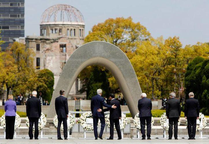 Imagen de archivo de la visita de integrantes del grupo del G7 al  monumento a las víctimas de la Segunda Guerra Mundial, en Hiroshima, Japón. (Archivo/AP)