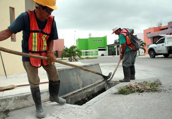 Trabajadores de limpieza de alcantarillas del drenaje pluvial de Mérida encuentran diversos objetos 'perdidos', incluso dinero o joyas. (Jorge Acosta/SIPSE)