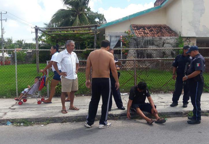 Al lugar llegaron elementos de Seguridad Pública para evitar que la ciudadanía lo siguiera golpeando y llamar a una ambulancia. (SIPSE)