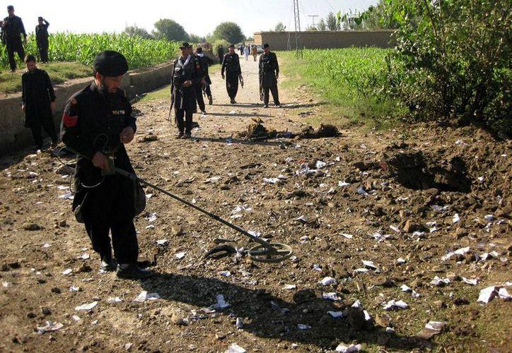 Una explosión mató al menos a 7 personas en una región tribal de Pakistán. La foto no corresponde al hecho, es únicamente de contexto, y muestra el momento en que oficiales de seguridad inspeccionan el lugar de una explosión en la zona Salarzai (EFE/Archivo).