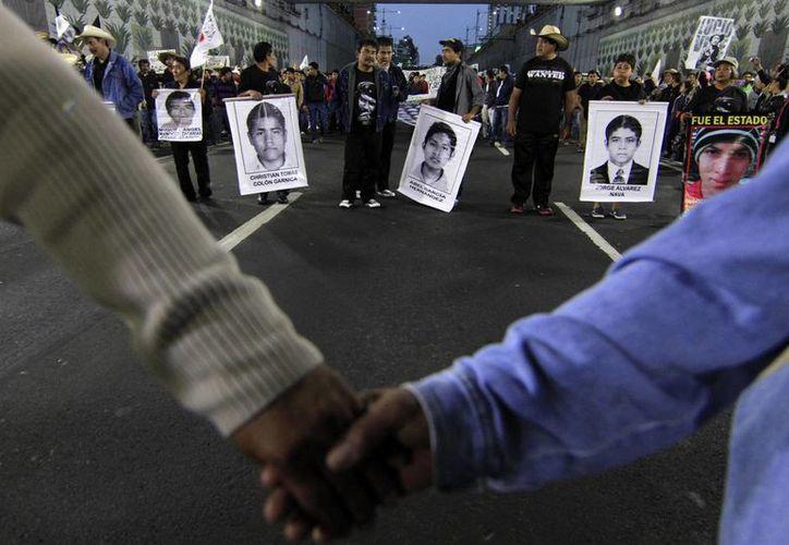 De acuerdo con la Sedena, uno de los 43 normalistas de Ayotzinapa era soldado en activo. Dicha versión es rechazada por los padres, y aseguran que se trata de una 'guerra sucia' contra su movimiento. (Archivo/Notimex)
