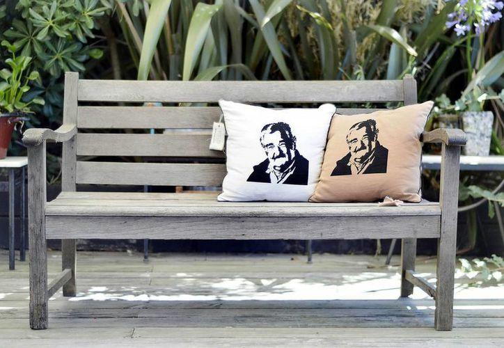 Dos almohadones estampados con la imagen del presidente uruguayo José Mujica, diseñados por Daniela López y Santiago Martínez. (EFE)