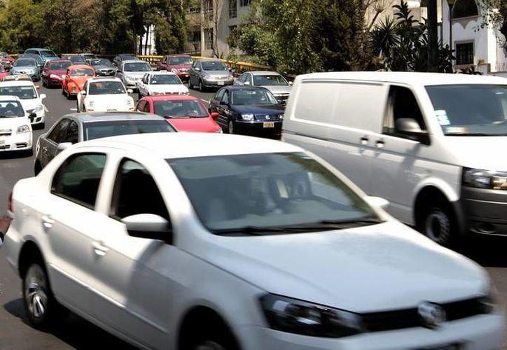 Los vehículos que deben pagar tenencia tienen un valor  superior a los 322 mil pesos. (Notimex/Archivo)