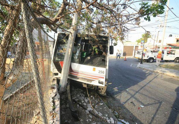Por el impacto, el minubús se estrello contra un poste de concreto. (Jorge Sosa/SIPSE)