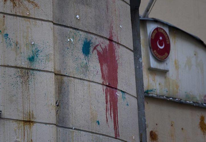 Imagen de la Embajada de Turquía en Moscú, Rusia, con los vidrios rotos y las paredes llenas de pintura y huevos. La policía despejó el área y arrestaron a algunas personas después de que comenzó la protesta. (Foto AP/Ivan Sekretarev)